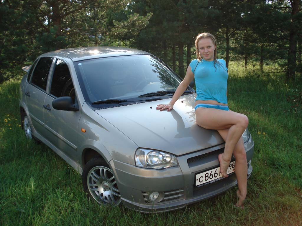 golie-devchonki-i-avto-lada-kalina